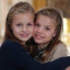 Un tierno abrazo entre Leonor y Sofía para desear Feliz Navidad