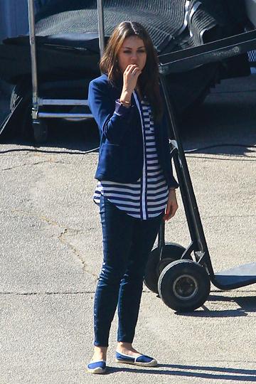Mila Kunis, outfit navy  alpargatas