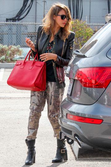 Jessica Alba con bolso rojo - TELVA