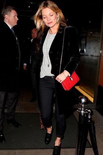Kate Moss con bolso rojo - TELVA