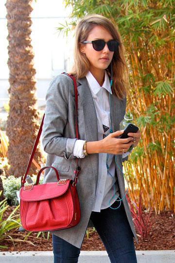 Jessica Alba con bolso rojo al hombro - TELVA