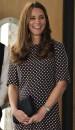 En la visita oficial a Portsmouth, la duquesa eligió un vestido negro con topos en blanco