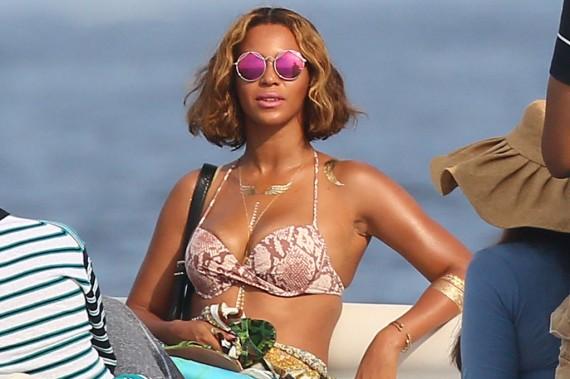 Alas de oro para lucir escote como Beyoncé