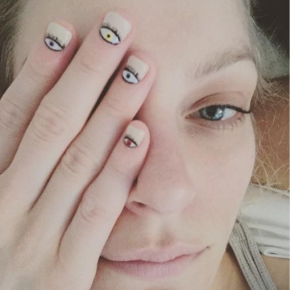 <em>Nail art</em> con ojos multicolor