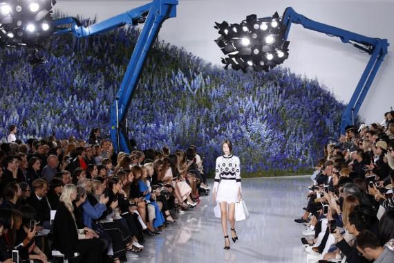 El jardín prohibido (con grúas inesperadas) del último desfile de Simons en Dior, en octubre de 2015