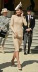 Kate Middleton en los jardines del Palacio de Buckingham con vestido nude de Alexander McQueen y tocado y pochette crema.