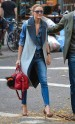 La reina del Upper East Side con pitillo, camisa denim, chaleco con maxi solapa y salones de piel.