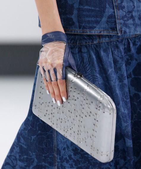 Uñas galácticas en plata by Chanel
