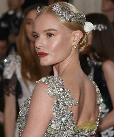 Kate Bosworth: labios rojos y recogido retrogaláctico