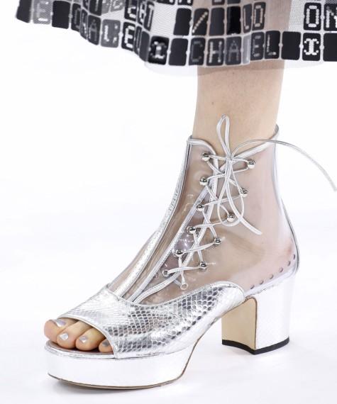 Pedicura y sandalias metalizadas by Chanel