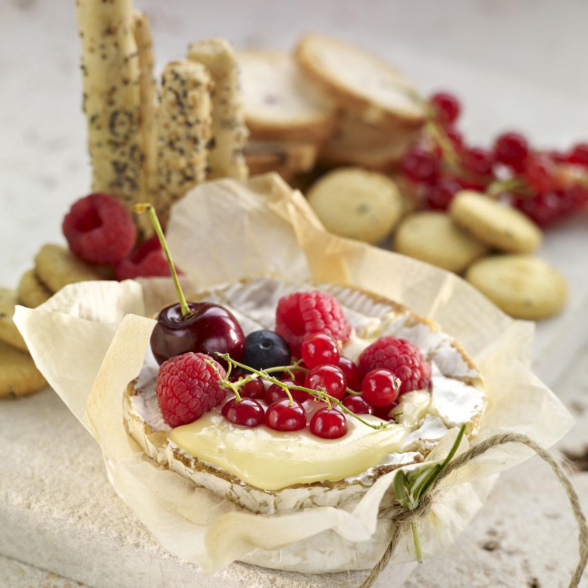 Brie con cobertura  de frambuesas, romero y miel