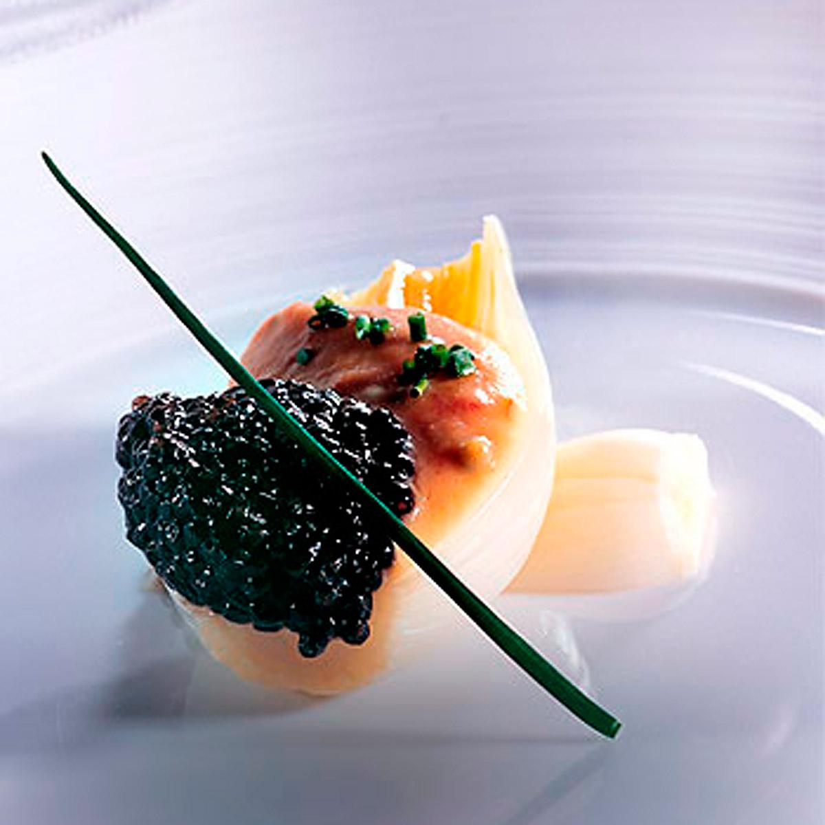 Caviar con cebolletas en caldo de jamón