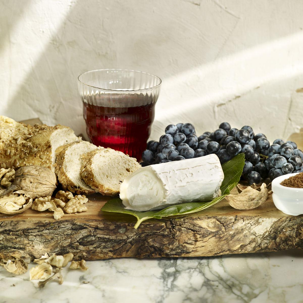Crostini de queso, uva y nueces