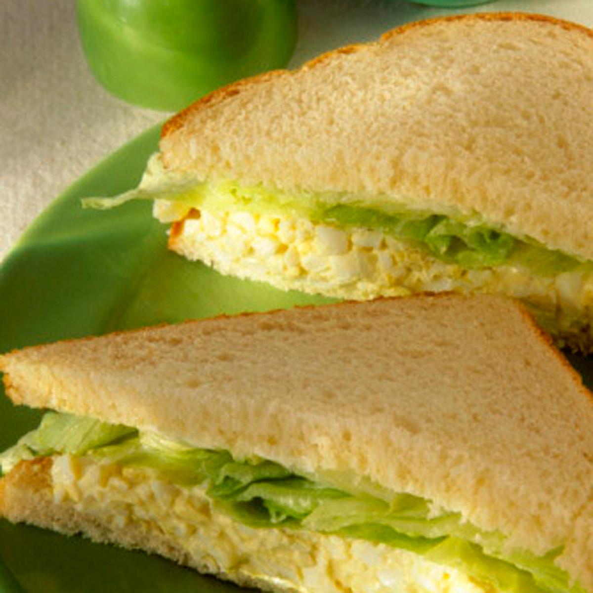 Sandwich de cangrejo con jamón y lechuga