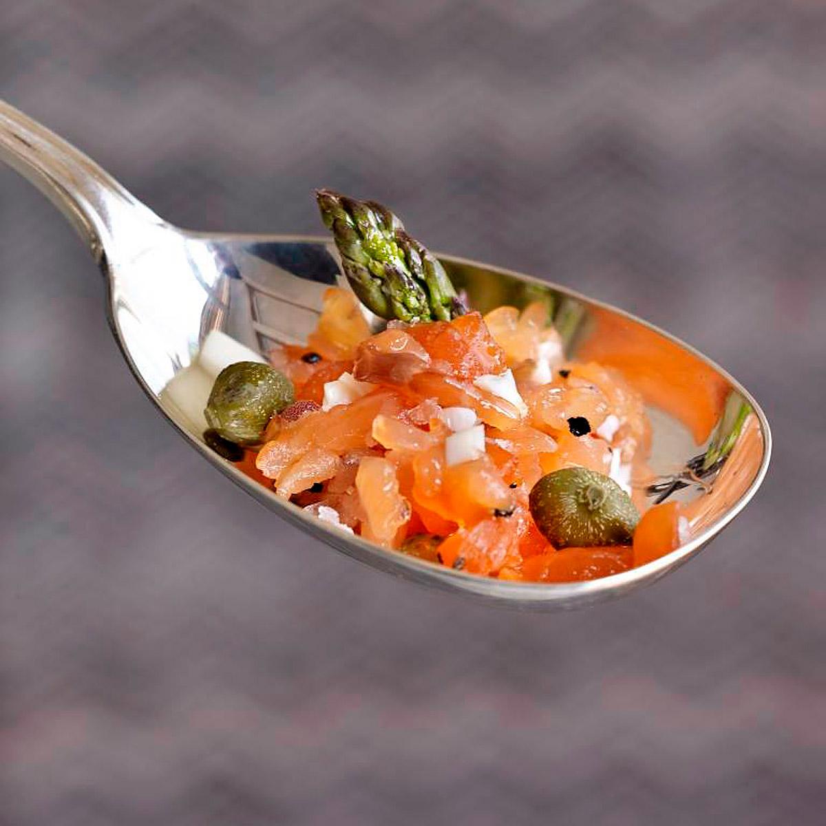 Tartare de 2 salmones con aguacate y espárragos