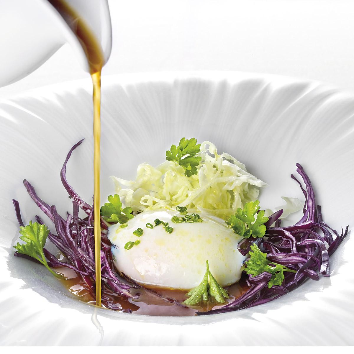 Huevo pochado y caldo de gallina asada