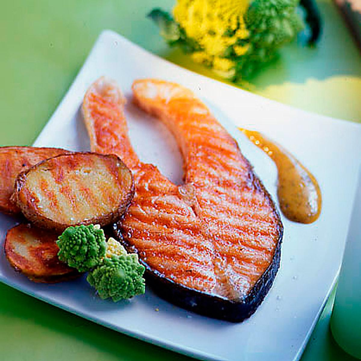 Salmón a la plancha con patatas y salsa de eneldo