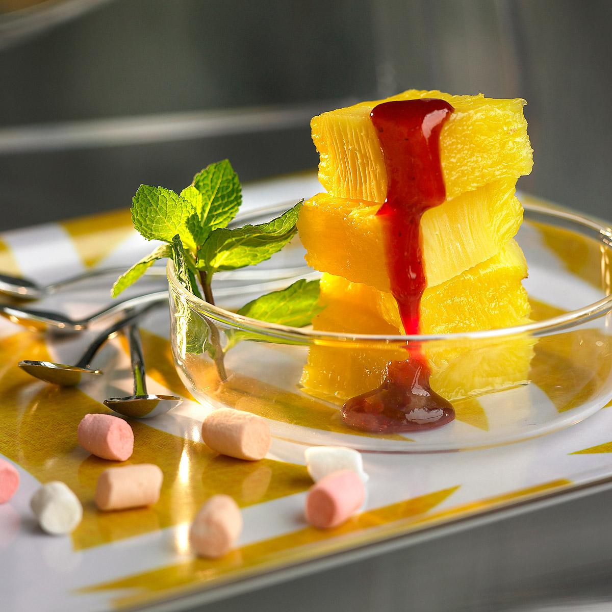 Piña asada con coulis de frutos rojos