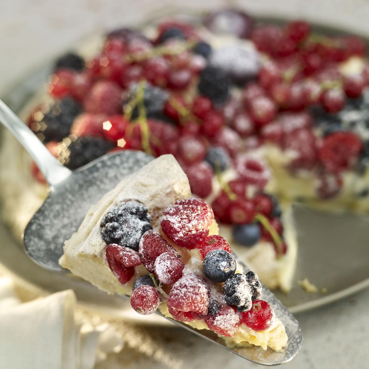 Tarta Pavlova con crema de frutos del bosque