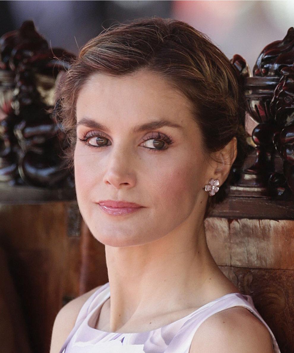 La Reina Letizia se apunta a los recogidos relajados y los combina con...