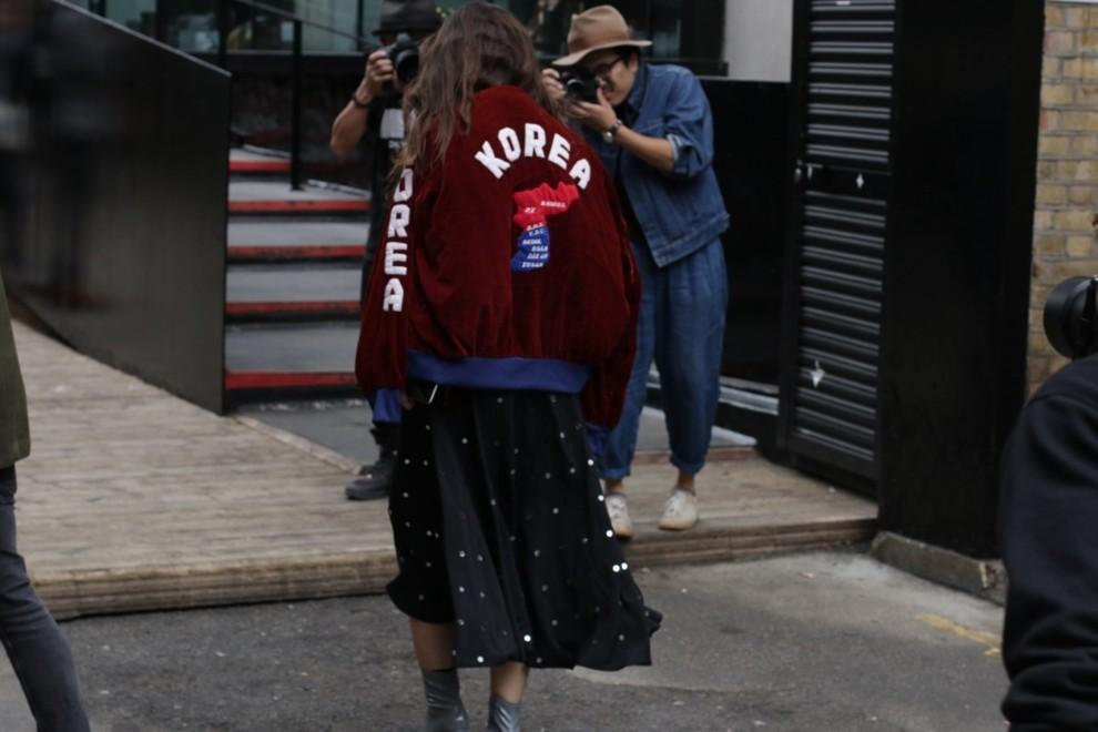 Apuesta siempre por chaquetas con mensaje en la espalda (Y mézclalas...