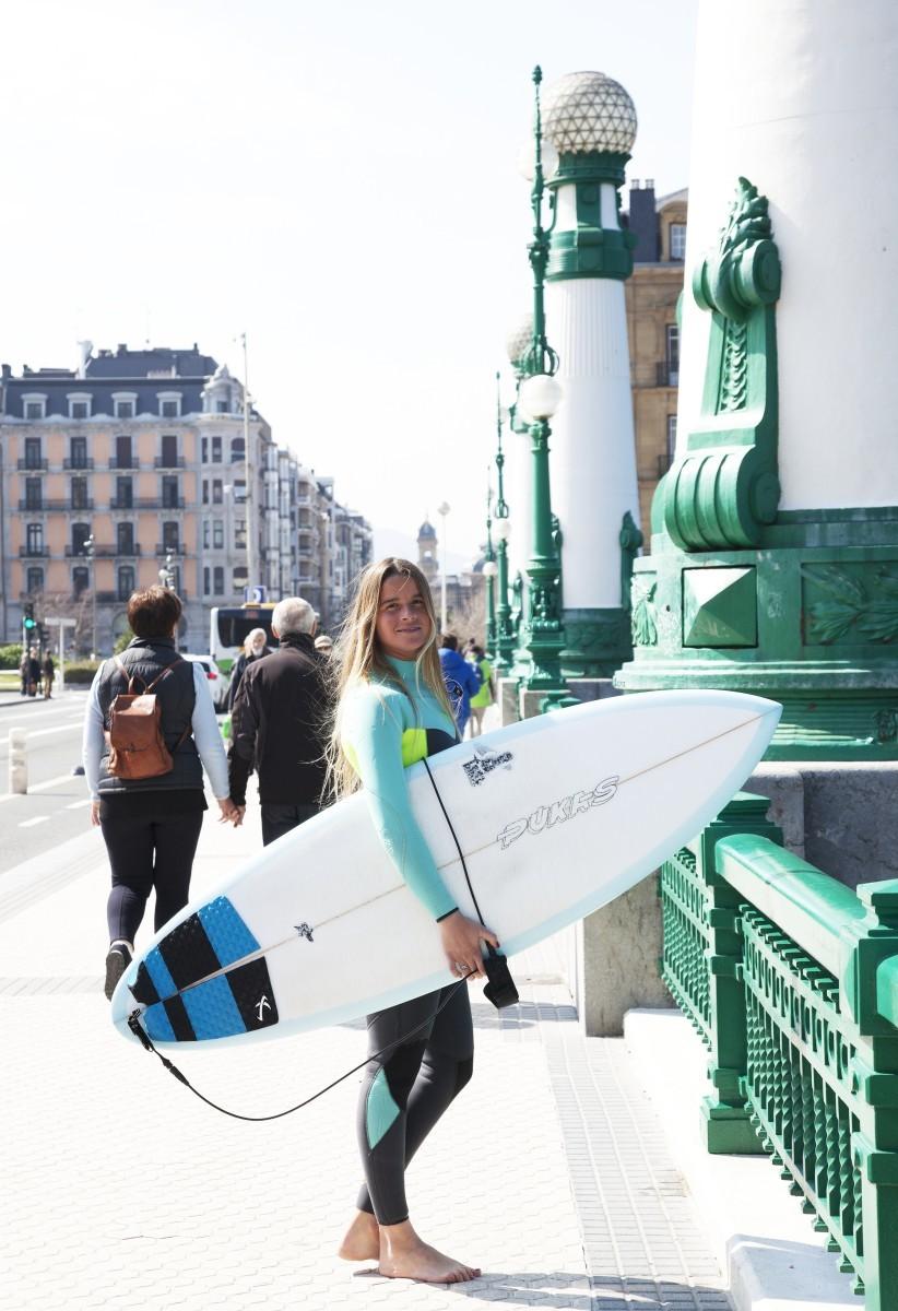 El surf es el deporte oficial en San Sebastián.
