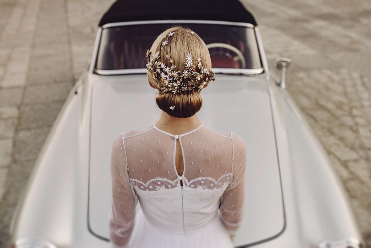 La novia llegó en un Mercedes 190 SL biplaza, que conducía su padre.