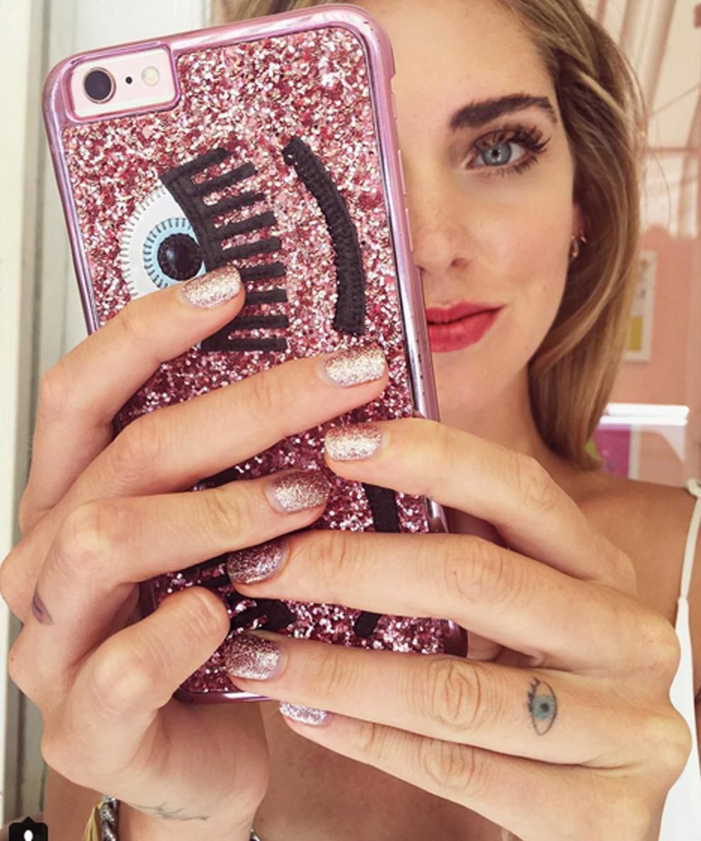 Chiara Ferragni se apunta al rosa glitter para sus uñas a juego con...