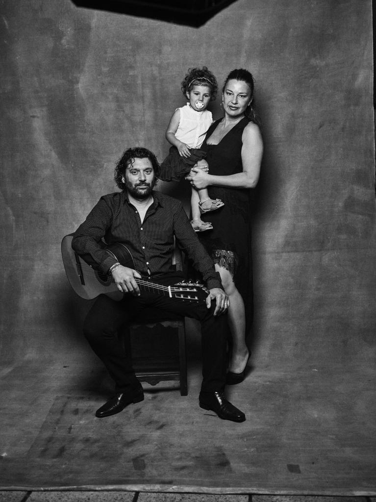 Josemi y su mujer, Sandra, con su hija Lucía.