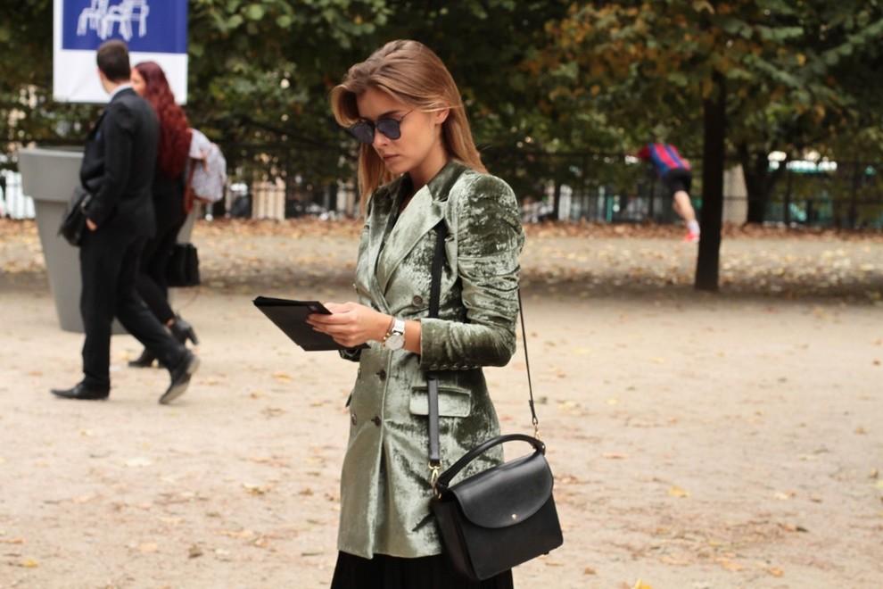 Un abrigo corto de terciopelo es una de las mejores opciones para ir...