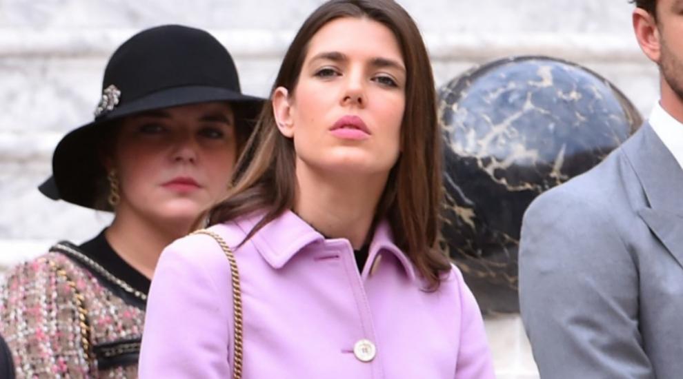 De corte tradicional y en tono violeta, Carlota no teme ponerse...