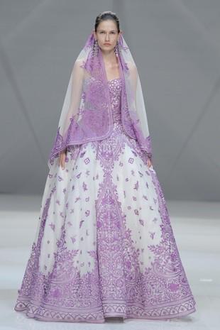 La elegancia del vestido violeta