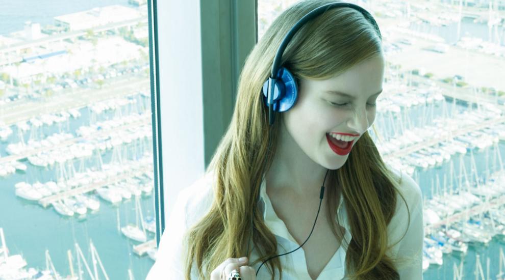 Chica escuchando música para motivarse en el trabajo