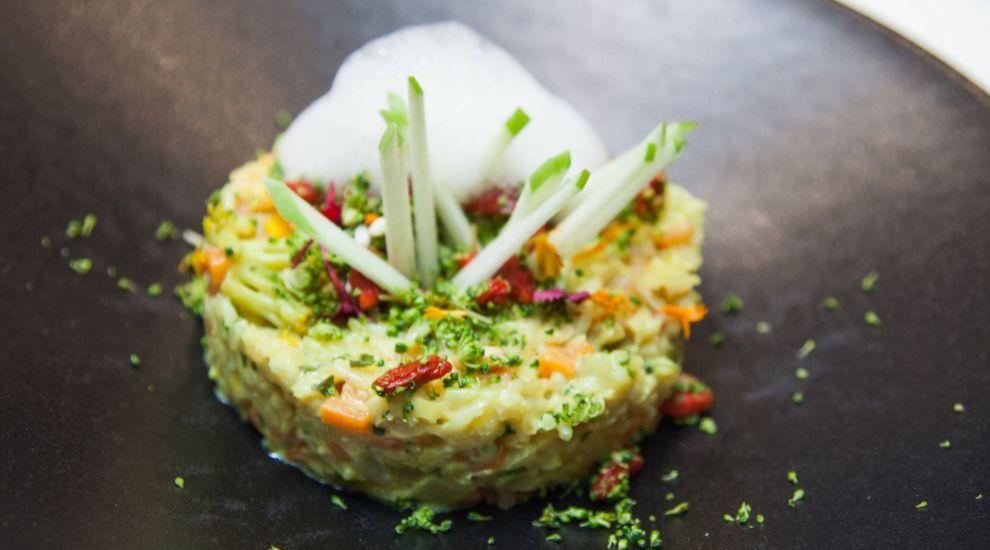 Este plato se compone de arroz basmati, fruta, verdura, cardamomo,...