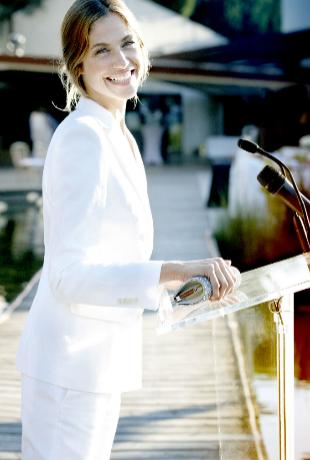 Martina Klein hablando en público.