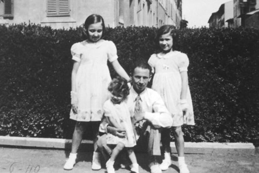 Su padre Edoardo con sus hijas: Oriana, Paola y Neera.