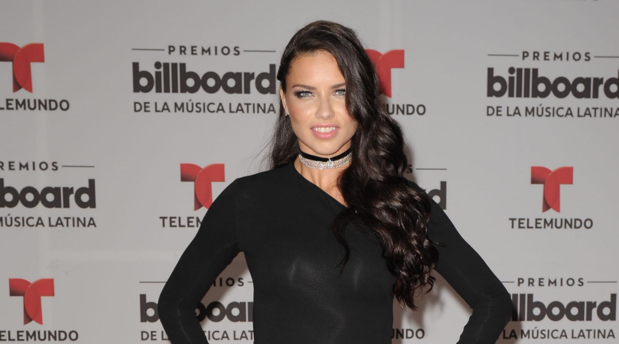 Adriana Lima en la presentación de un evento