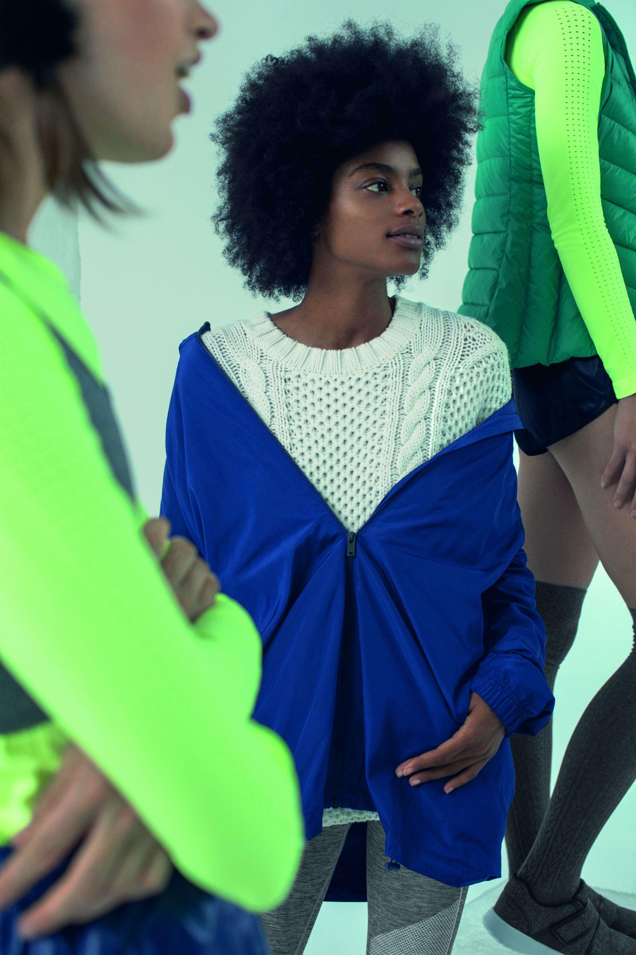 Jersey de punto en color blanco y chubasquero azul eléctrico.