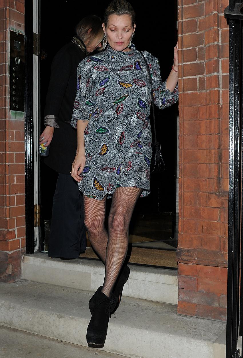 Kate Moss apuesta por llevarlas con minivestido.