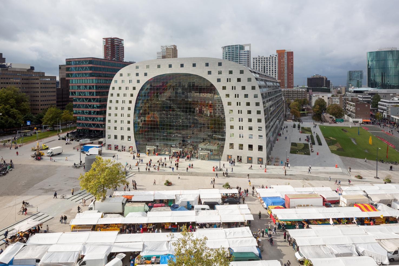 """El """"Markthal"""" de Rotterdam, cuya estructura exterior alberga..."""