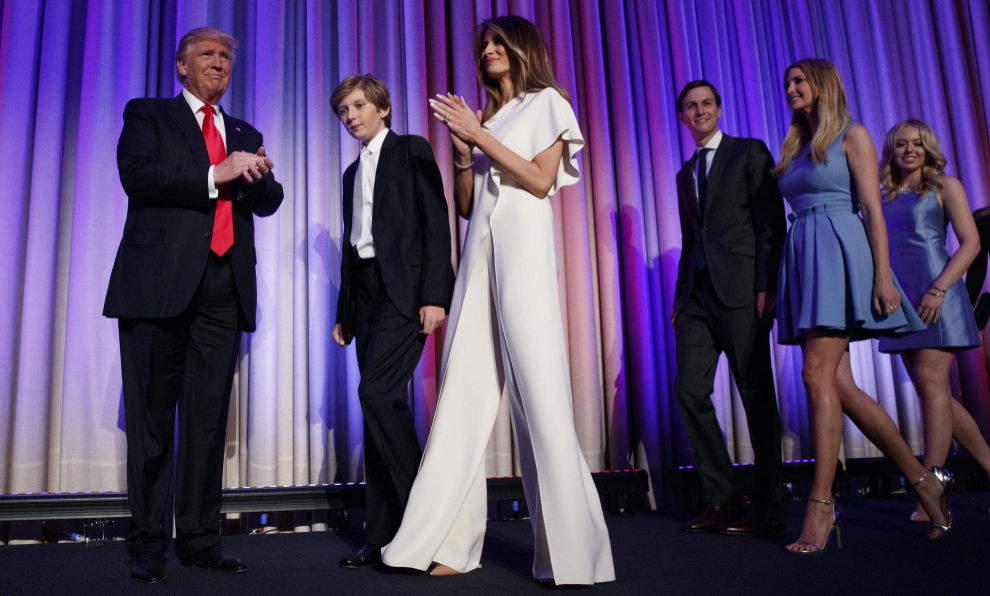 Melania Trump junto a su marido, en su primer discurso como presidente