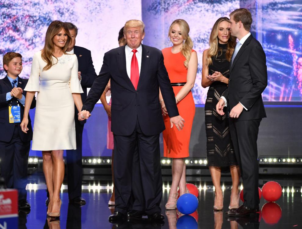 Melania Trump vestida de blanco, uno de sus colores favoritos