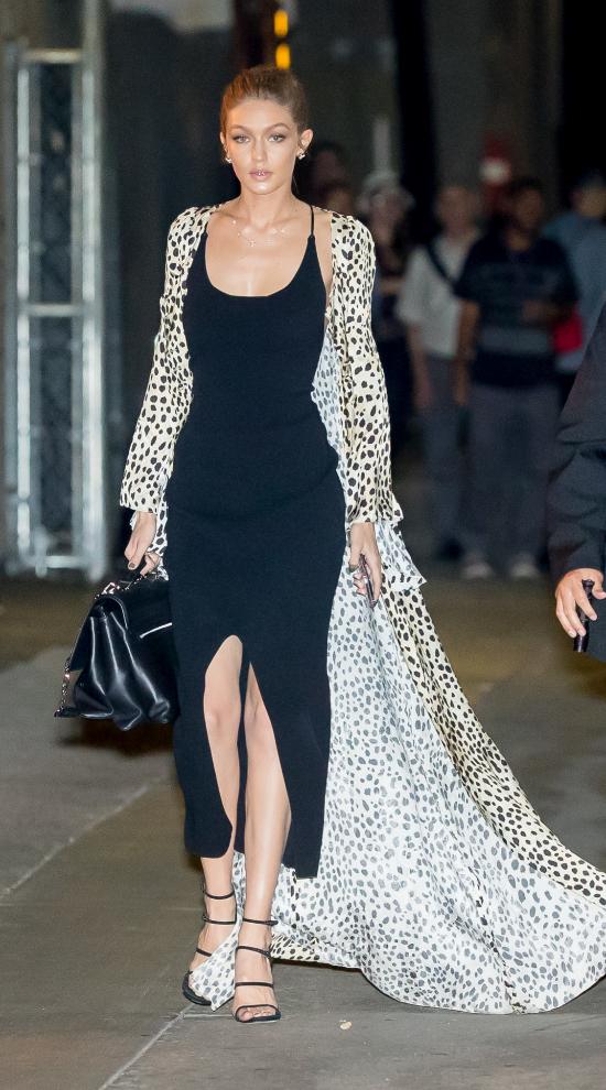 Gigi Hadid con un vestido negro de tirantes