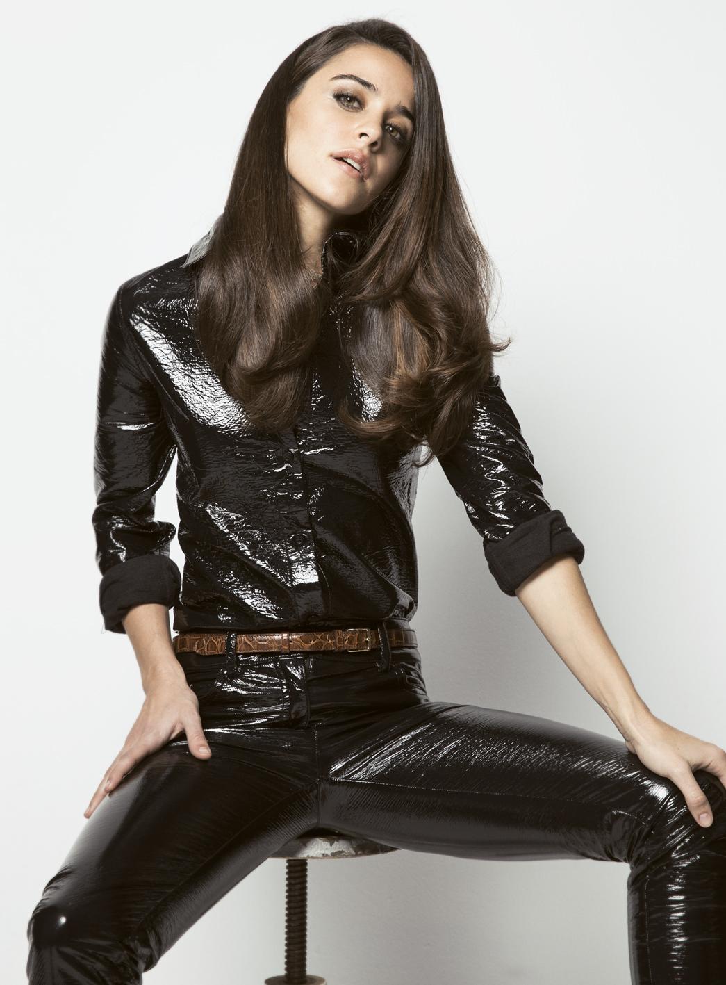 La actriz Macarena García posa con camisa y pantalón de vinilo de...