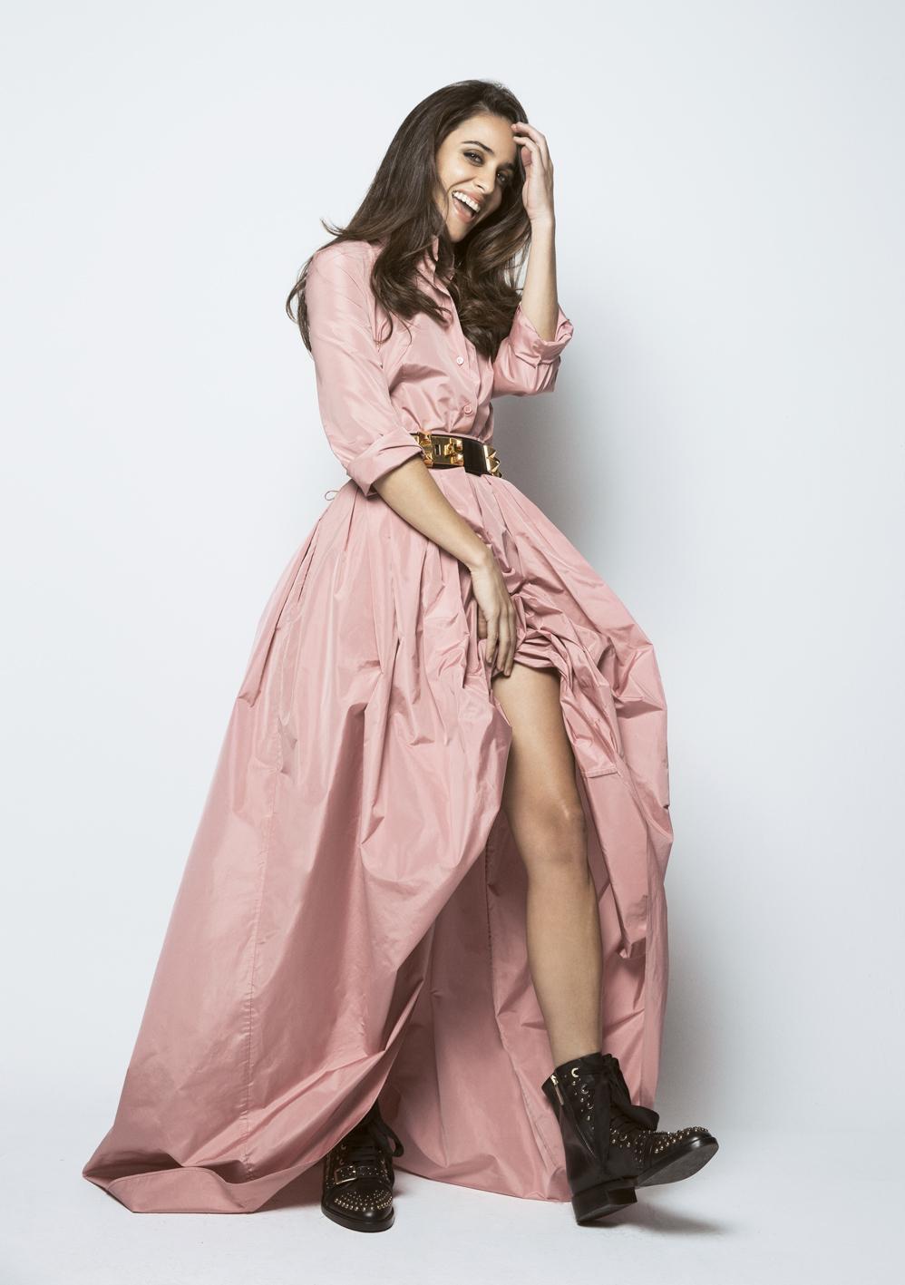 Macarena García con falda y camisa de Escada, cinturón de Hermès...