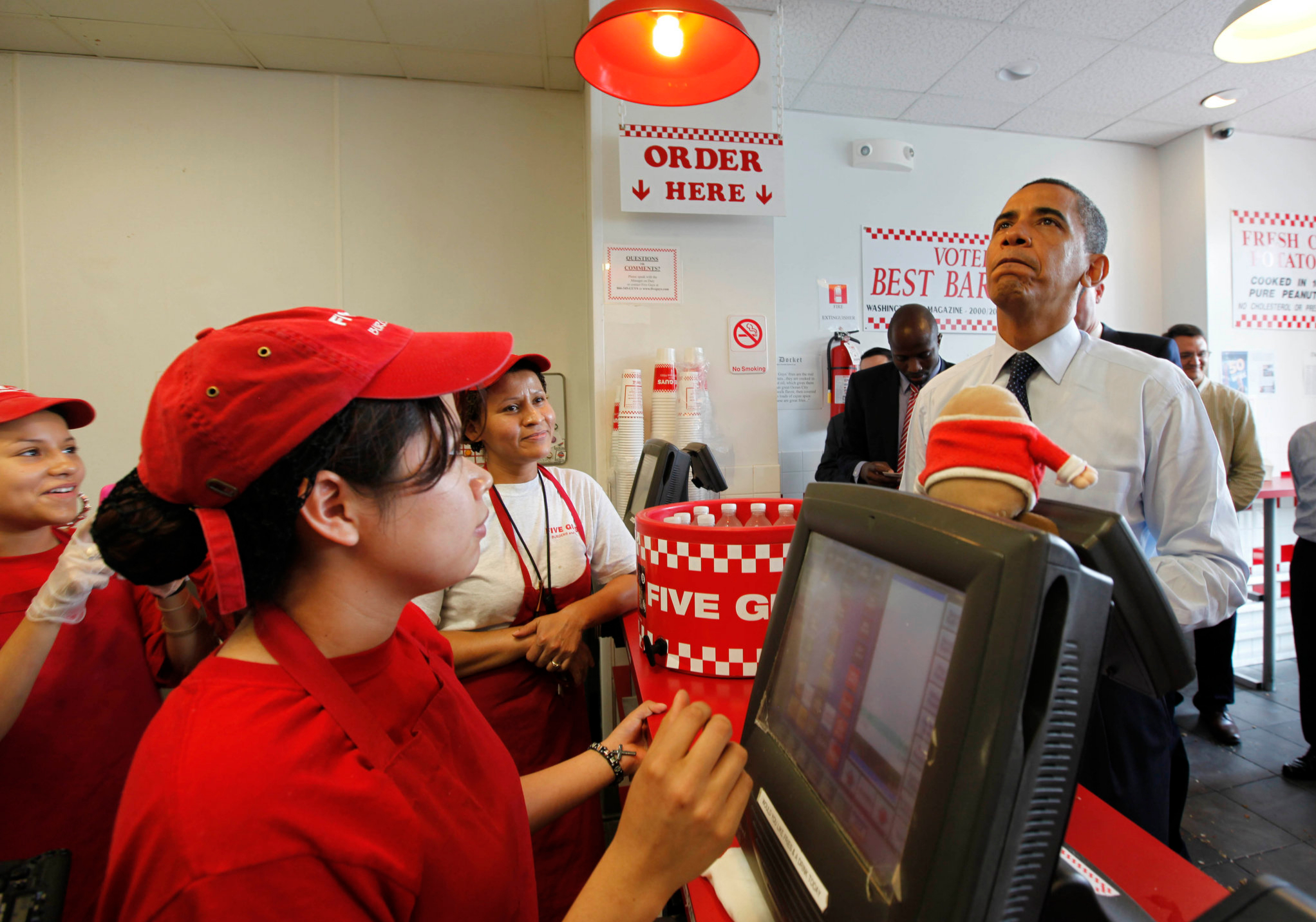 Barack Obama haciendo su pedido en Five Guys.