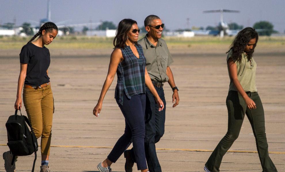 La familia Obama en el aeropuerto de Roswell.
