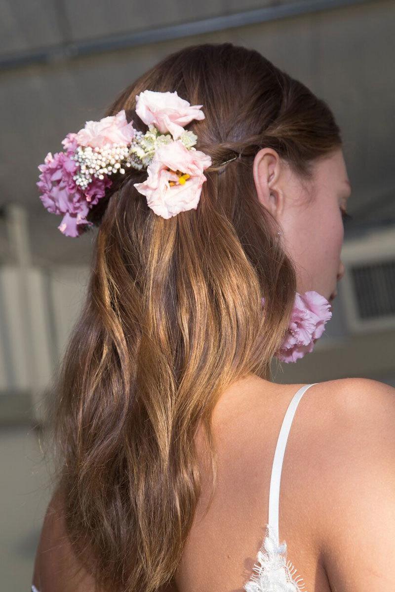 Accesoriza tu pelo con flores.