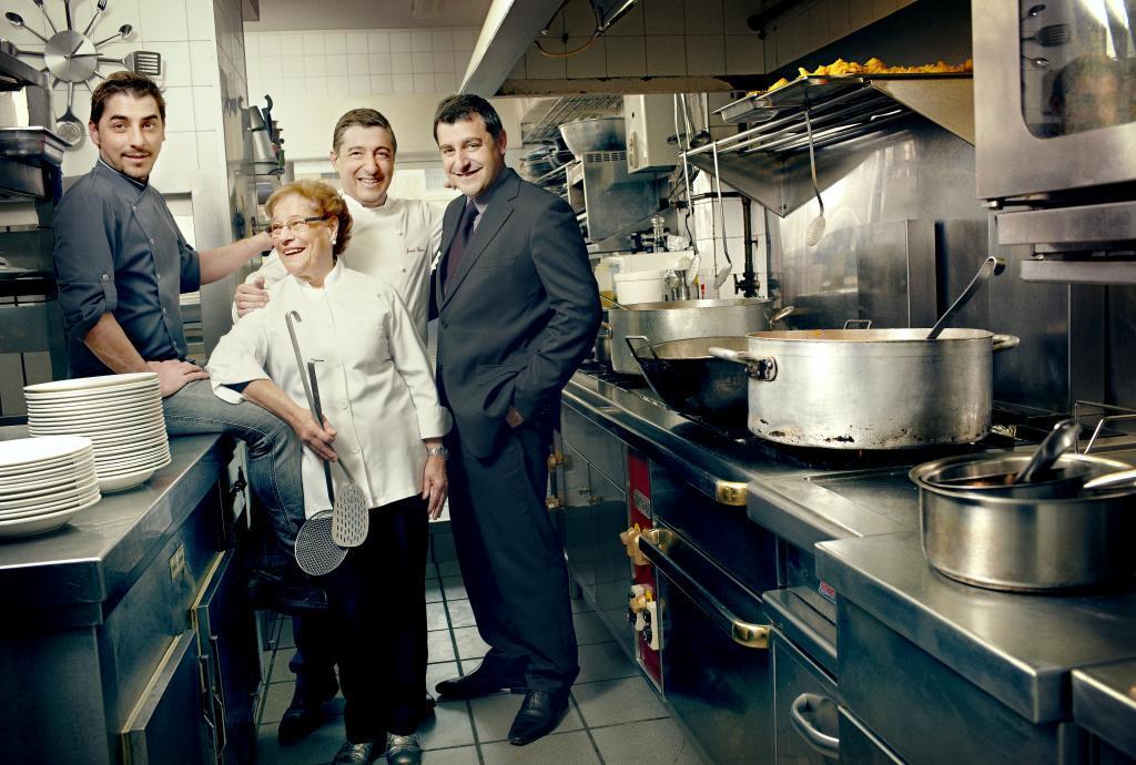 Joan, Josep y Jordi Roca, junto a su madre, en el 3 Estrellas...