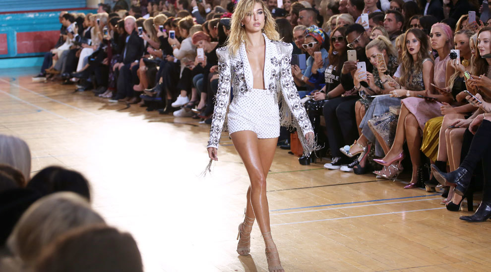 La modelo e it girl Hailey Baldwin presume de piernas firmes y bien...